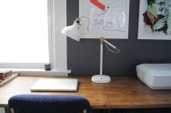 biała lampa na biurku